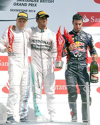 De izda. a dcha.  Bottas,  Hamilton y Ricciardo. / EFE