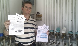 El por entonces portavoz de los vecinos, Luciano Enríquez, con dos facturas con importes diferentes.