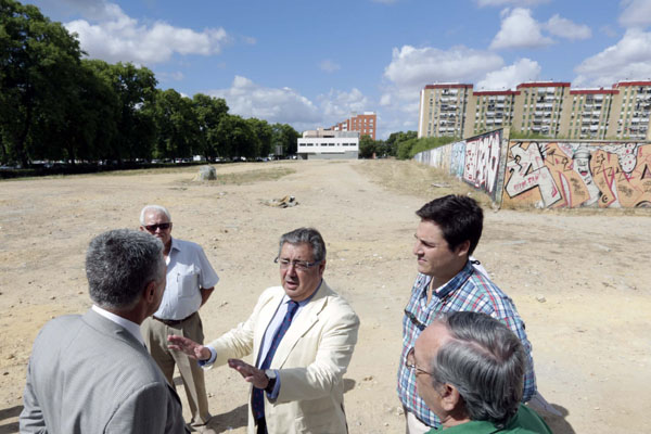 Zoido presentó ayer a pie de calle (en la Ronda del Tamarguillo)el plan '8 barrios, 80 obras'. / fotos: José Luis Montero
