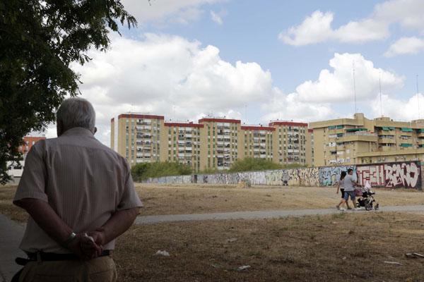 El alcalde pide a la Junta que le ceda el terreno de la calle Alhambra para asfaltarla.