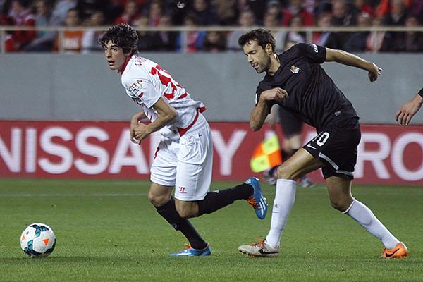 Carlos Fernández debutó en Liga la pasada campaña en el partido ante la Real Sociedad jugado en el Sánchez-Pizjuán. /Paco Puentes (EFE)