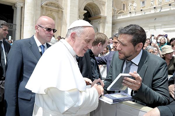 El joven cineasta saluda al Papa y le muestra el DVD de su película. La cinta se rodó con muy pocos medios pero ha cosechado un importante éxito de público en España. / El Correo