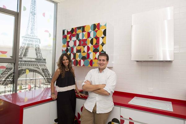 Laura Parra y Aarón del Olmo, en la cocina del centro.