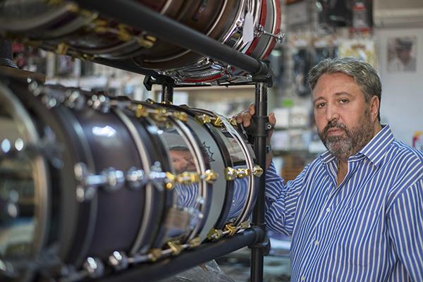 Julio Vera, director de la banda de las Tres Caídas de Triana, en la tienda de instrumentos musicales que tiene en la calle Pureza. / J.M. Paisano