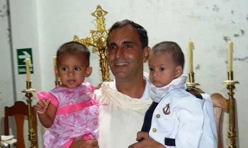 Ignacio María Doñoro posa en Hogar Nazaret con dos de los niños que tiene recogidos, a los que está dándoles la oportunidad de seguir adelante. / Foto: El Correo