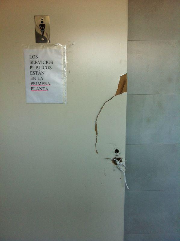 Hubo que romper la puerta de un baño para poder sacar a una funcionaria. / El Correo