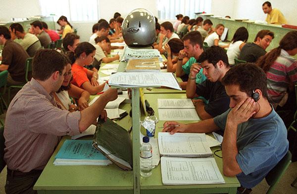 Grupo de estudiantes preparándose exámenes en la biblioteca de la Facultad de Económicas. / Antonio Acedo