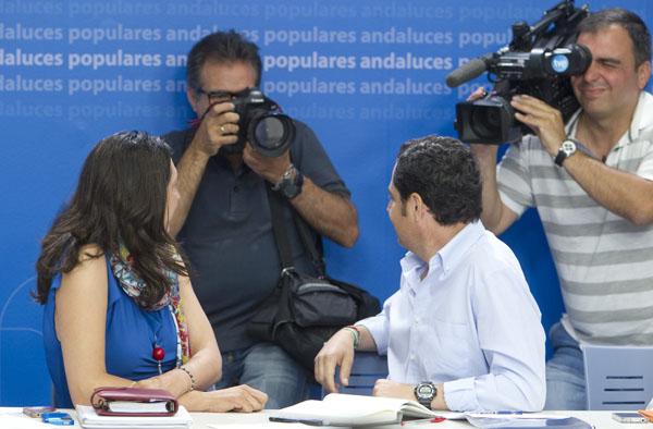 El presidente del PP andaluz, Juan Manuel Moreno Bonilla, y la secretaria general, Dolores López Gabarro, ayer en rueda de prensa en Sevilla. / José Manuel Vidal (EFE)