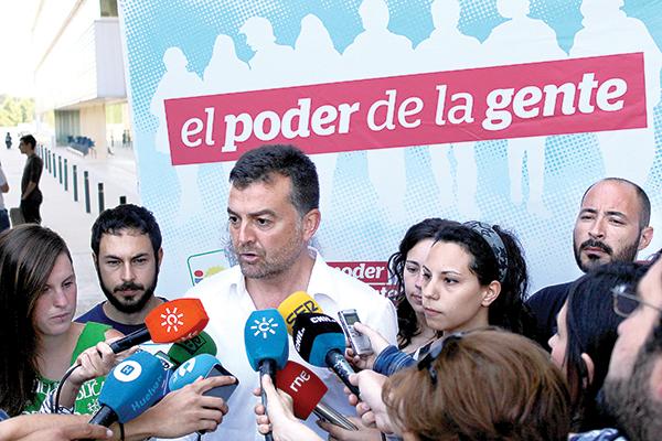 El coordinador regional de IU en Andalucía, Antonio Maíllo, atiende a los medios de comunicación. / El Correo