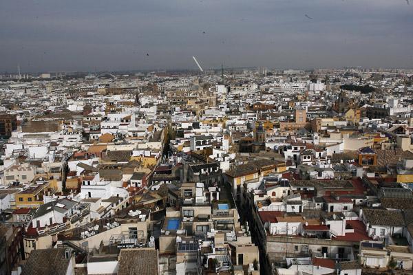 La crisis económica ha frenado la realización de las inspecciones técnicas de edificación, ITE, en el caserío de Sevilla. / Paco Cazalla