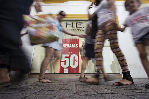 El trasiego de personas a la caza de las gangas veraniegas fue constante en el mañana de ayer por las calles del Centro. / Fotos:Pepo Herrera