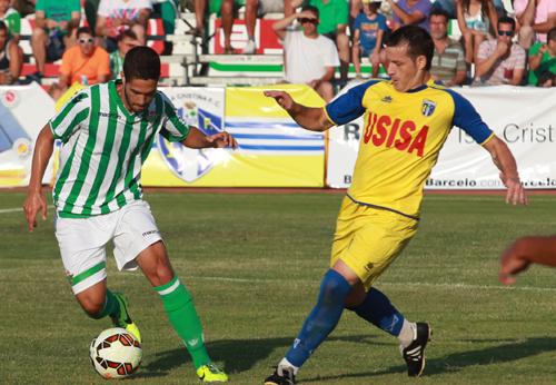 Carlos García se mide con un jugador del Isla Cristina / Tolo Parra