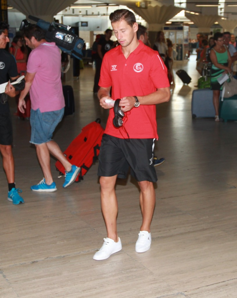 Krychowiak camina por el aeropuerto (Tolo Parra)