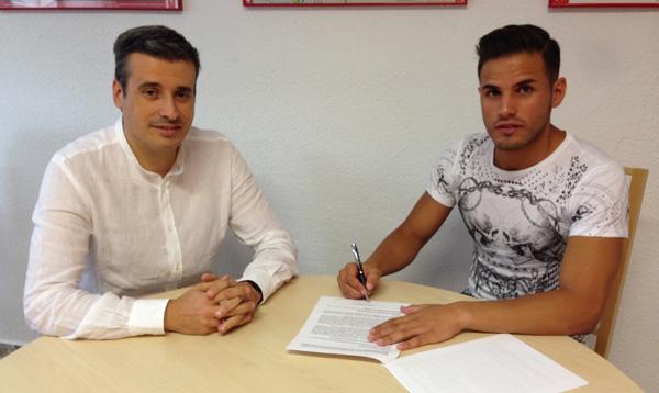 Luismi, a la derecha, firmando su nuevo contrato. / Sevilla FC