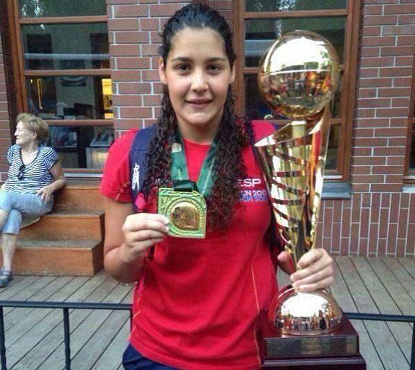 La jugadora del Dos Hermanas posa con el trofeo continental. Foto: CW Dos Hermanas