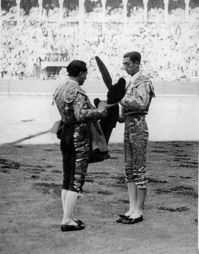 Chicuelo cedió los trastos de matar a Manolete para que estoqueara un toro de Clemente Tassara. / Archivo Rodríguez de la Vega