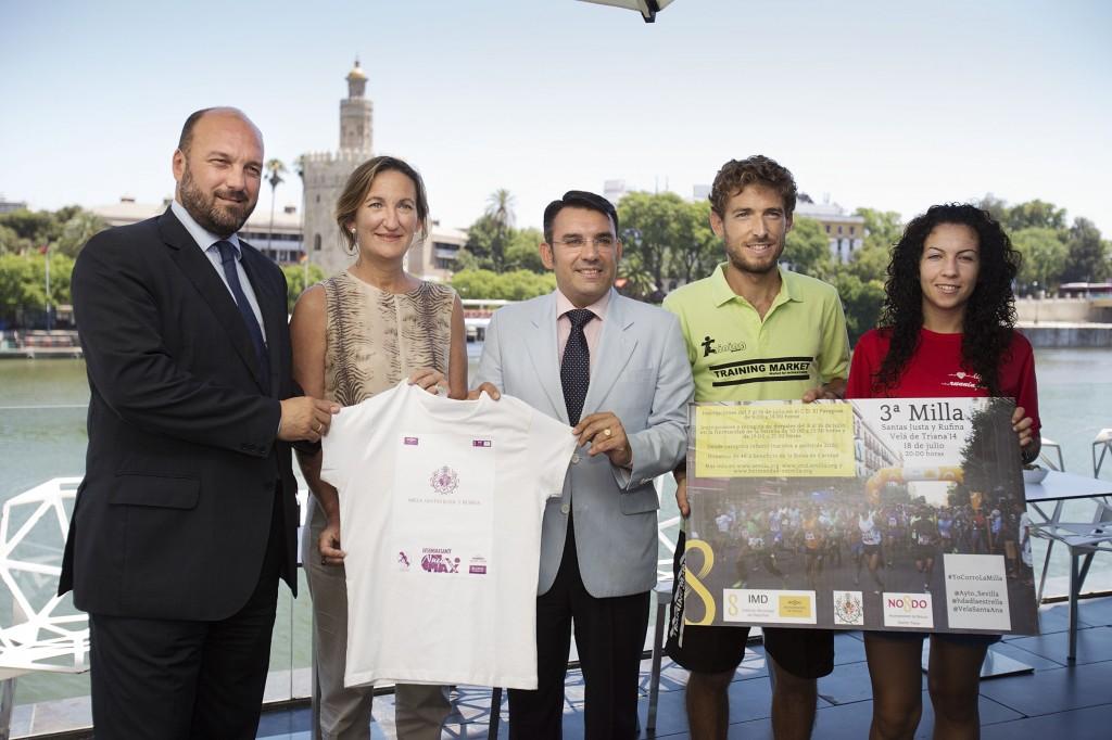 Curro Pérez, Sánchez Estrella, Manuel González, y los atletas Rubén Álvarez y Carolina Robles, ayer en Abades Triana. / Pepo Herrera