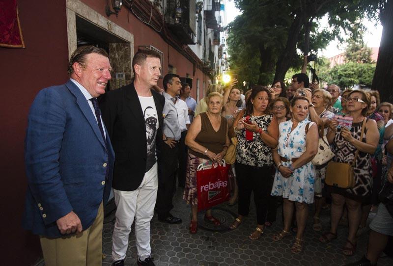 Jorge y Cesar, los Morancos, descubren una placa en su honor en la casa donde nacieron, en Juan Diaz de Solis 16, en el barrio del Tardon, Triana.