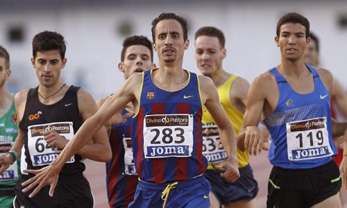 El atleta Manuel Olmedo (c) se ha impuesto en la primera semifinal de los 1.500 metros lisos.