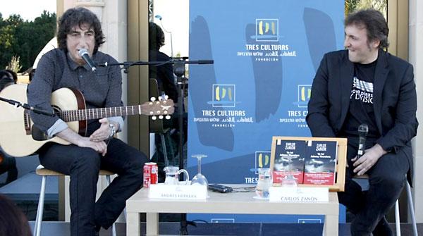 Carlos Zanón, a la derecha, presenta su libro junto a 'El Pájaro' en la Fundación Tres Culturas. / El Correo