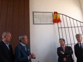 El cónsul tras descubrir la placa en la Hacienda San Luis de Mejina, Foto: Alba Poveda