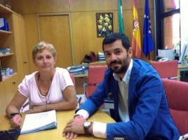 El alcalde de Pilas, Jesús María Sánchez, junto a la directora de Pesca. Foto: El Correo