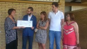 La directora de negocios de La Caixa hizo entrega del donativo . Foto: H. Peña