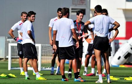 Los jugadores se entrenaron en la ciudad deportiva antes de viajar hasta Rota. / Kiko Hurtado