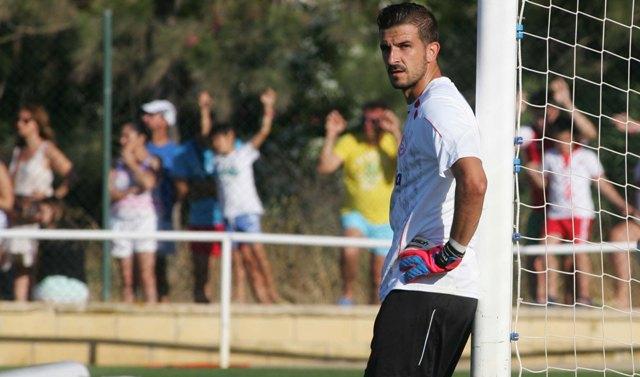 El portero sevillista Javi Varas durante un entrenamiento de la actual pretemporada. / Paco Martin.
