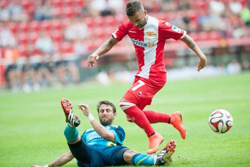 Iago Aspas pelea un balón al jugador del Berlin Benjamin Koehler durante el partido amistoso disputado en la ciudad alemana. / EFE