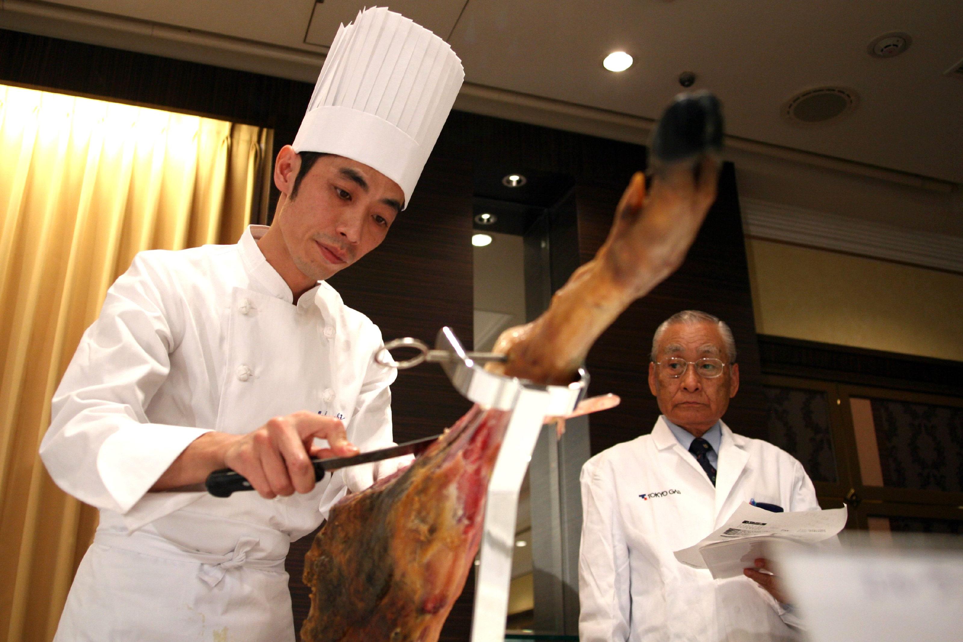 Uno de los participantes en un concurso de cortadores de jamón organizado por la Agencia Andaluza de Promoción Exterior (Extenda) en Tokio. / DAVID COLL BLANCO (EFE)