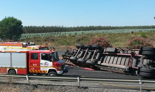 Imagen del camión accidentado que ha producido kilómetros de atascos en la A-49. / Foto: El Correo