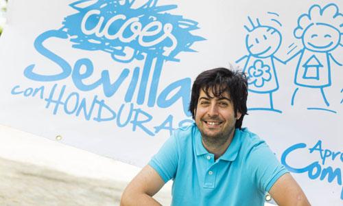Francisco Molina en la sede de Acoes Sevilla, ubicada en la parroquia de Nuestra Señora de la Cabeza. / Foto: Carlos Hernández