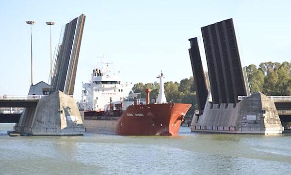 Imagen del barco procedente de Conil con el agua salada para el acuario. / Foto: Acuario de Sevilla