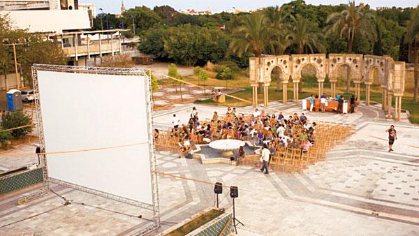 El cine de verano de la Fundación Tres Culturas, un clásico de estas fechas. / El Correo