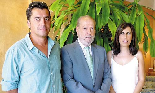 Juan Carlos Navarro y Estela Garzón, nuevos alcaldes de San Nicolás del Puerto y Gerena, mantuvieron ayer un encuentro con Rodríguez Villalobos. / Foto: El Correo