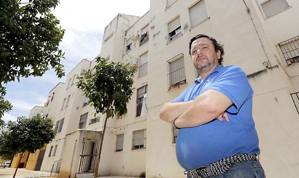 ÁngelSánchez, presidente vecinal de los damnificados de Las Letanías, ante el nuevo bloque que sustituyó al que explotó en agosto de 2003. / José Luis Montero
