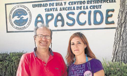 Marga Mandesi, voluntaria de Apascide, posa junto a Juan José Ramos, uno de los usuarios de la asociación. / Foto: J. F. J.
