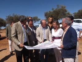 Ricardo Tarno, Manuel Romero y Felisa Panadero, acompañados por el director de las obras, durante su visita. Foto: A. P.