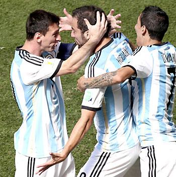 El delantero argentino Gonzalo Higuaín (c) celebra con sus compañeros Leo Messi (i) y Ángel Di María (d). / EFE