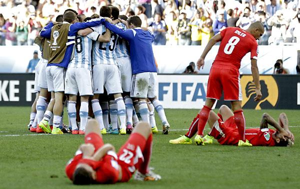 Los jugadores argentinos celebran el triunfo. / EFE