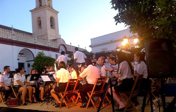 Banda Municipal de Coria del Río, dirigida por Camilo Irizo.
