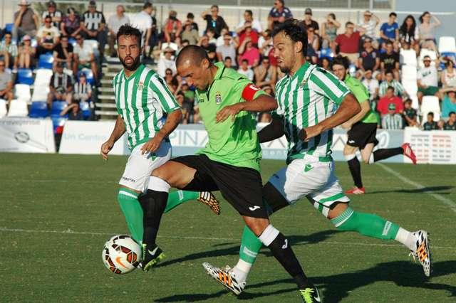 Nono y Matilla presionan a Jorge Luque / Pinatar Arena FC