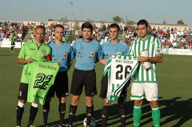 Los dos capitanes posan con las camisetas conmemorativas / Pinatar Arena FC