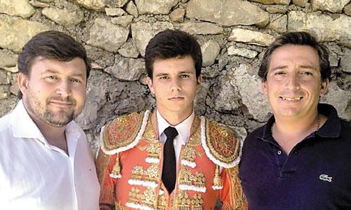El joven novillero sevillano, acompañado del representante Jesús Rodríguez de Moya y su apoderado, Luis Garzón. / Foto: C.C.