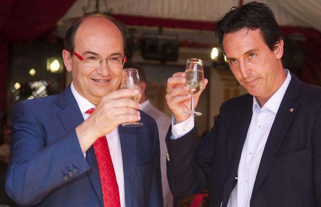 José Castro y Unai Emery, brindando en la caseta de la peña Macarena durante la pasada edición de la Feria. / Raúl Caro