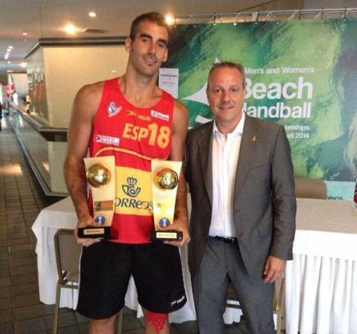 Chispi sostiene sus dos trofeos junto al presidente de la Federación Española, Paco Blázquez /  @blazquezbalonma