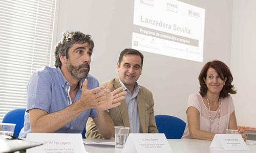 Pablo Soriano, Ignacio González y la comisionada para el Polígono Sur, M. del Mar González, ayer en la presentación del proyecto. / Foto: J.M. Paisano
