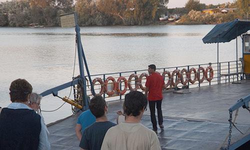 El grupo de la ruta mientras embarcan en la barcaza que cruza el Guadalquivir. / Foto: A.P.