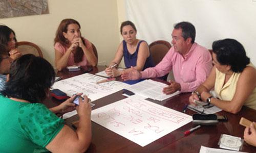 La Plataforma por el Derecho al Descanso se reunió ayer con el portavoz municipal socialista, Juan Espadas. / Foto: El Correo